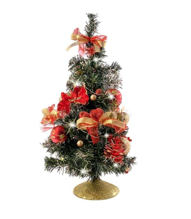 Kerstboom met kegelpijnboom, ballen en lichte die slingers op witte achtergrond wordt geïsoleerd stock fotografie