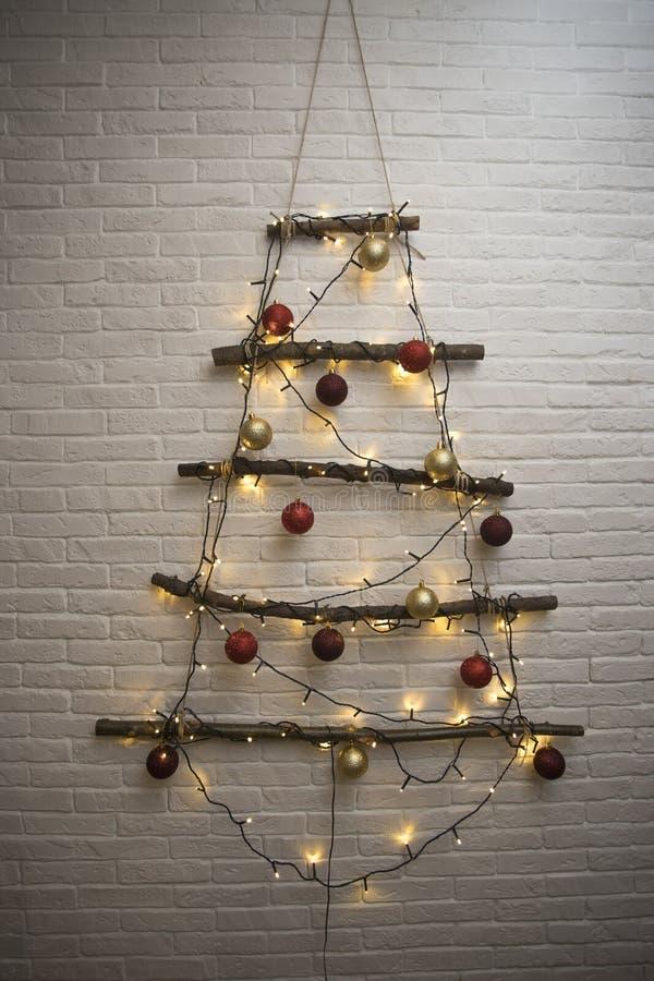 Kerstboom met Kerstmisspeelgoed, ballen en lichten stock foto
