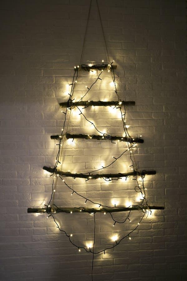 Kerstboom met Kerstmisspeelgoed, ballen en lichten royalty-vrije stock afbeelding