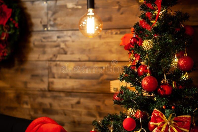 Kerstboom met mooie decoratie op Kerstmisvooravond stock foto