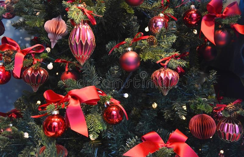 Kerstboom met rode snuisterijen royalty-vrije stock fotografie