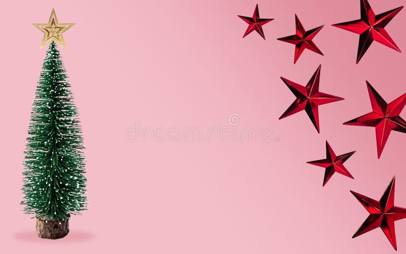 Kerstboom met rode ster op lichtroze kleurachtergrond Kleurenontwerp van het kunstwerk voor de minimale illustratie van het paste royalty-vrije illustratie