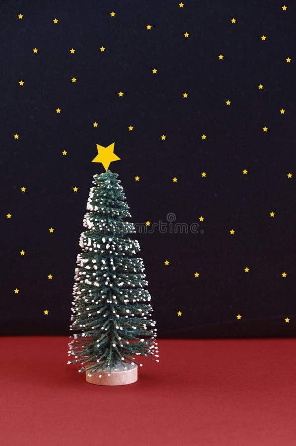 Kerstboom met sneeuw voor een sterrige hemel royalty-vrije stock fotografie