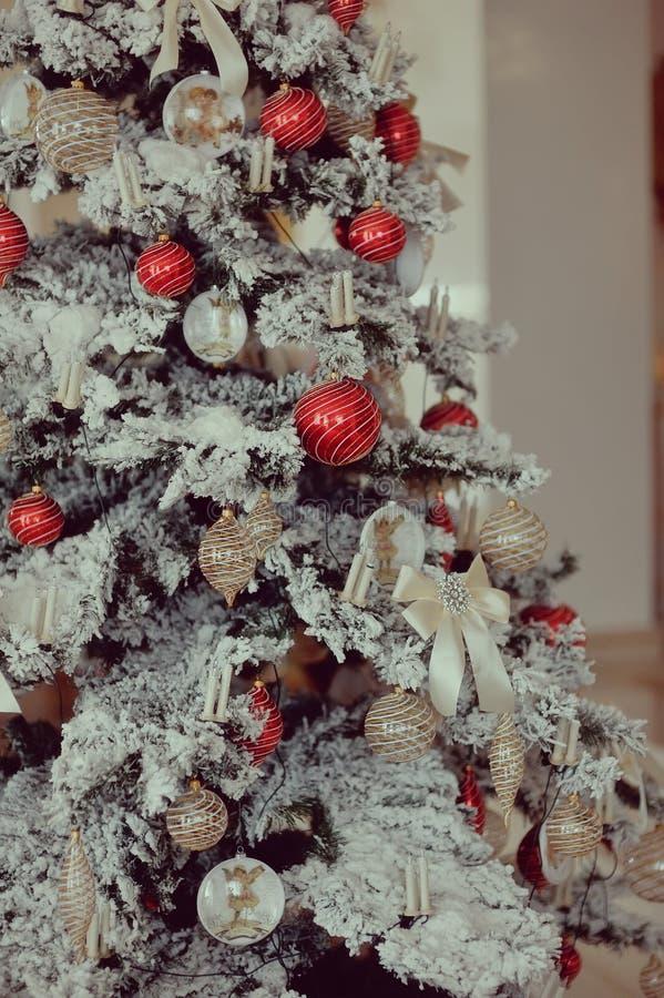 Kerstboom met speelgoed stock foto's