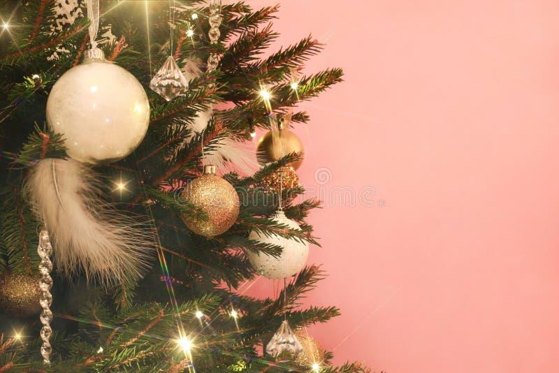 Kerstboom met witte en gouden decoratie op roze achtergrond royalty-vrije stock fotografie