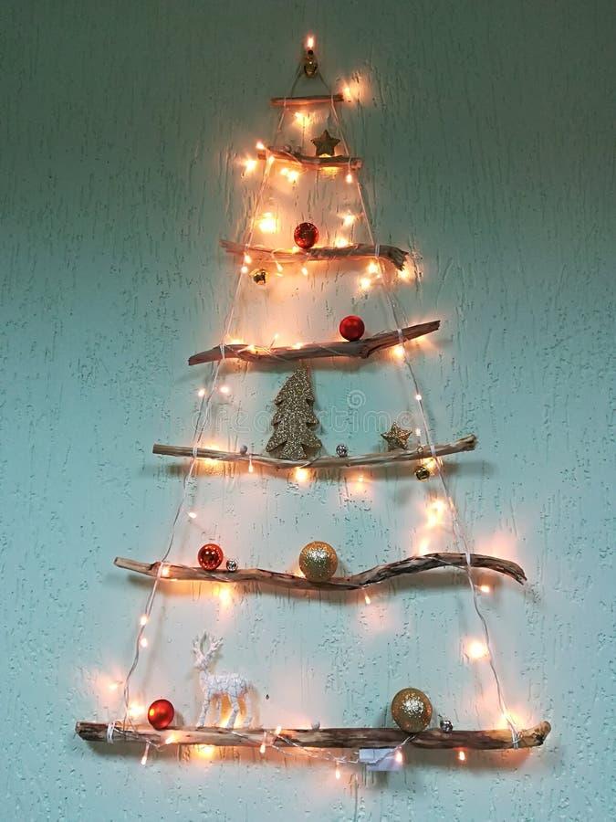 Kerstboom op een muur in een binnenland Houten Kerstboom als symbool Gelukkig Nieuwjaar, de Vrolijke viering van Kerstmischristof stock afbeelding