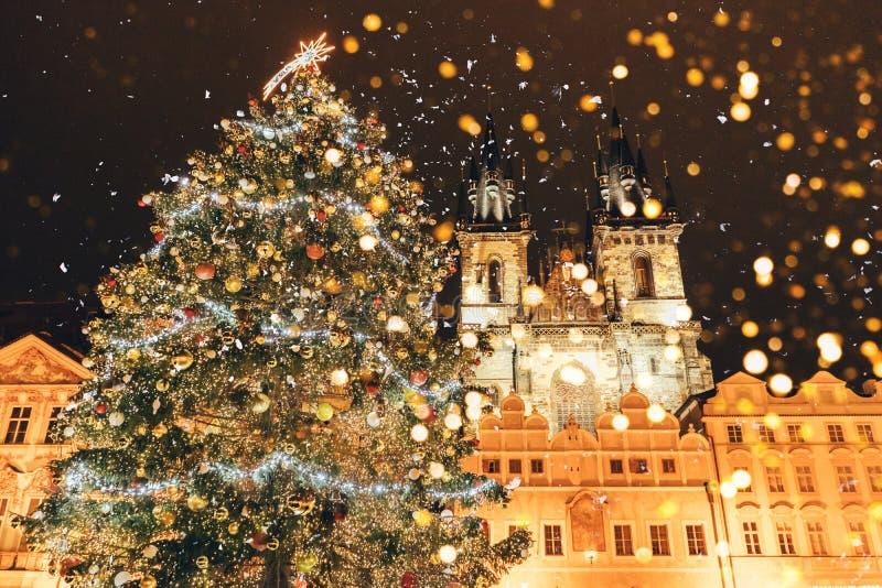 Kerstboom op het belangrijkste vierkant in Praag stock afbeelding