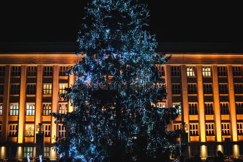 Kerstboom in openlucht Het concept van de Kerstmisvakantie Verfraaide Kerstboom voor de grote bouw royalty-vrije stock afbeeldingen