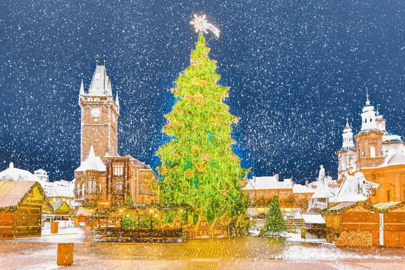 Kerstboom in Praag bij nacht, Tsjechische Republiek royalty-vrije stock fotografie