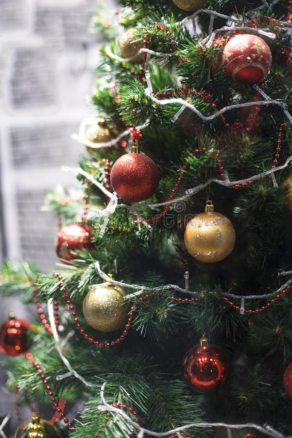 Kerstboom rode gele ballen royalty-vrije stock fotografie