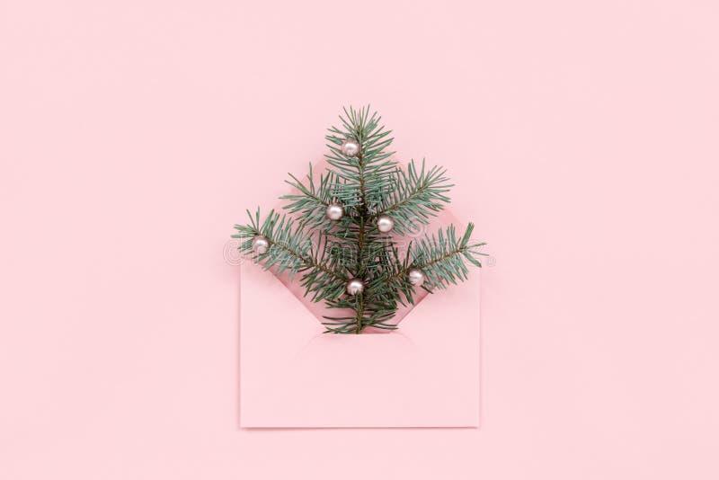Kerstboom in roze envelop royalty-vrije stock afbeeldingen