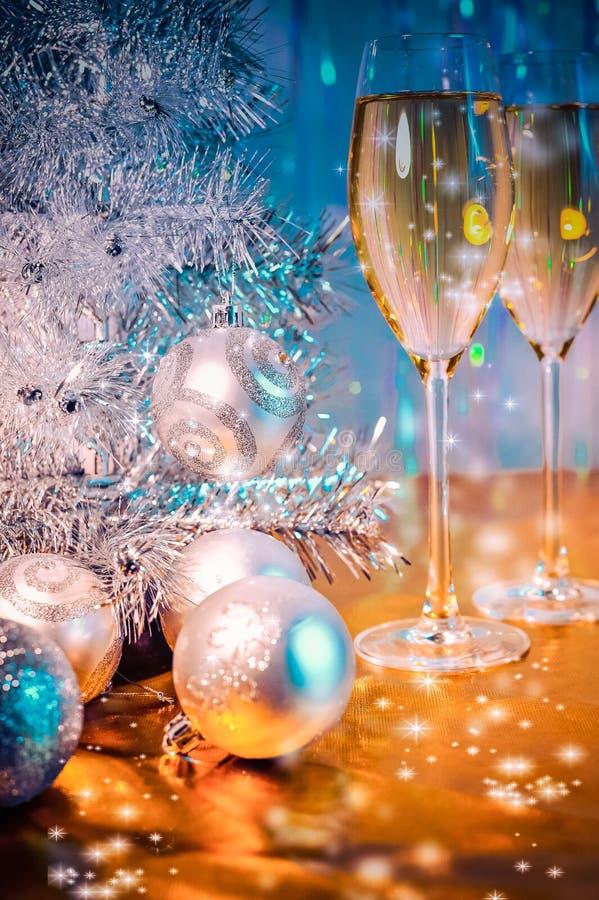 Kerstboom, stuk speelgoed ballons en glazen wijn royalty-vrije stock foto
