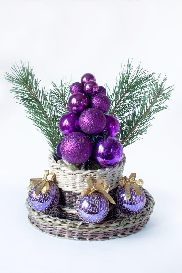 Kerstboom, twijgen van pijnboom en ballen voor decoratie stock foto