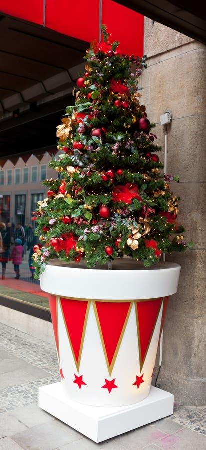 Kerstboom uit winkelcomplex stock afbeeldingen