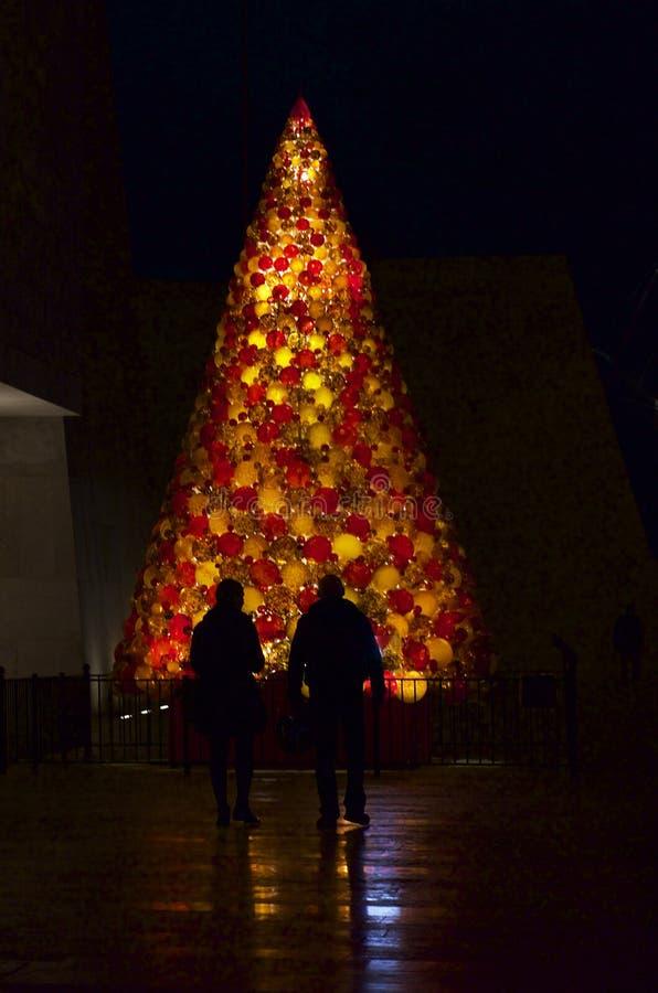Kerstboom in Valletta - mensenkerstmis in Valletta, Malta De achtergrond van de vakantie royalty-vrije stock afbeelding