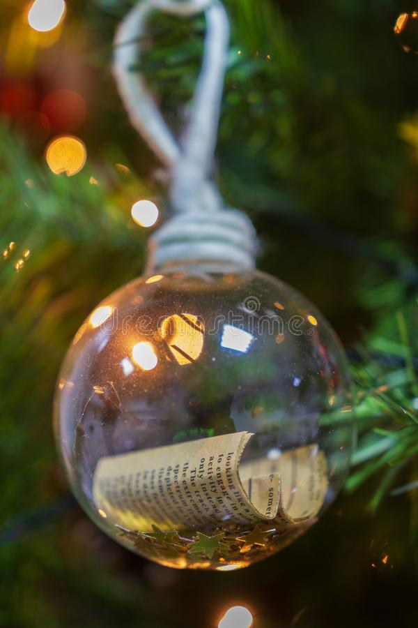 Kerstboom van een hangende decoratieve berichtbal in gezicht stock foto's