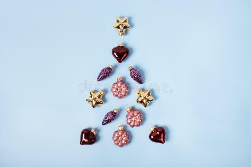 Kerstboom van glanzende versieringen op blauwe achtergrond, feestelijk concept royalty-vrije stock fotografie