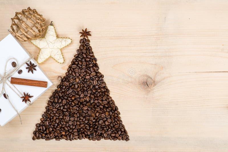 Kerstboom van koffiebonen en giftdoos die wordt gemaakt op houten bac stock afbeelding