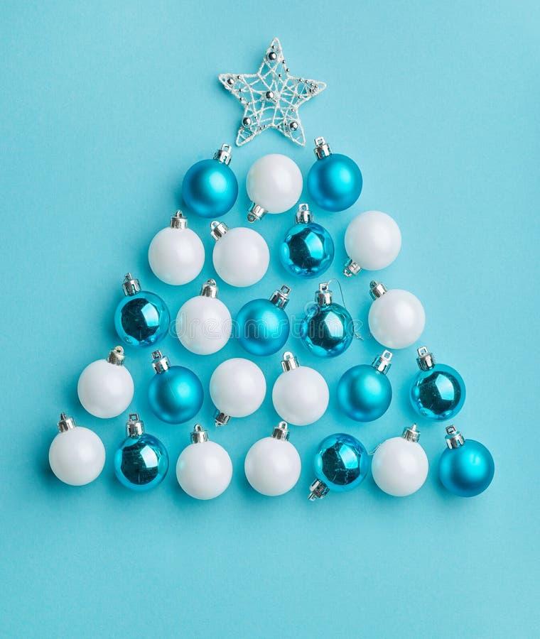 Kerstboom van witte en blauwe snuisterijen wordt gemaakt die stock foto
