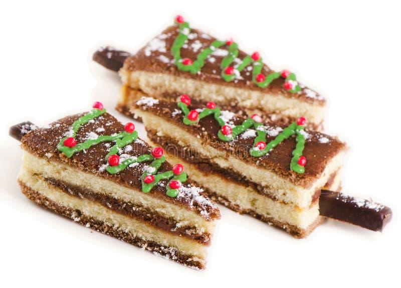 Kerstboom van zoete die cake op een witte achtergrond wordt geïsoleerd stock fotografie