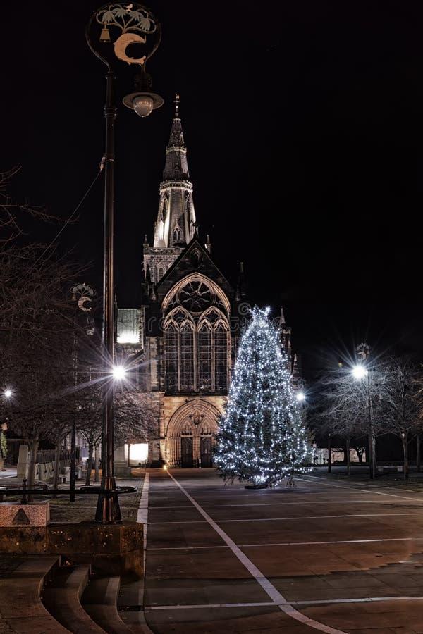 Kerstboom voor St Mungo` s kathedraal in Glasgow, Scot stock foto's