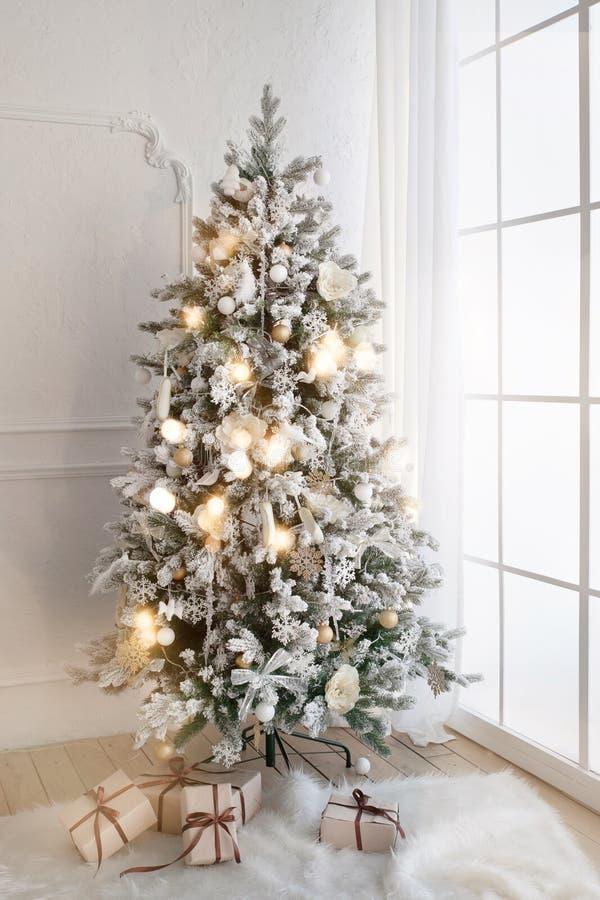 Kerstboom in woonkamer stock afbeelding