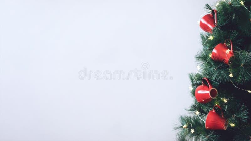 Kerstboombanner, model, achtergrond Verfraaide spar met rood koppenornament en ster lichte slinger Verfraaide spartak royalty-vrije stock afbeelding