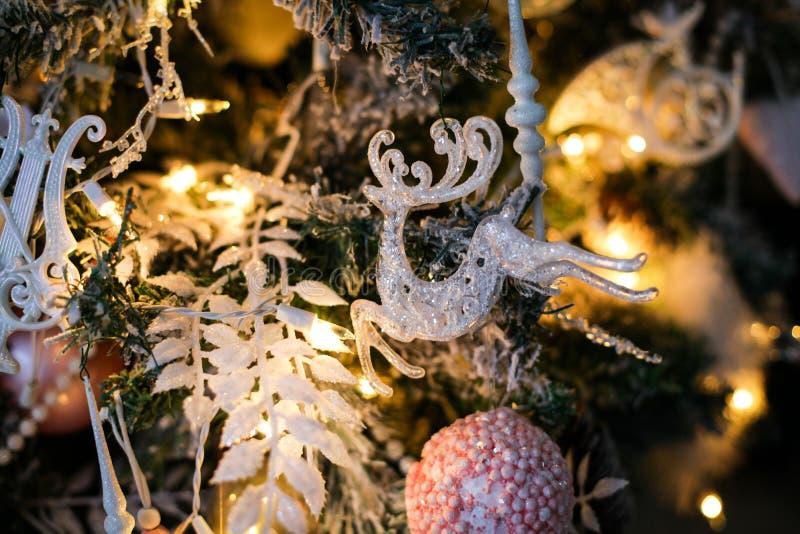 Kerstboomdecoratie - een stuk speelgoed die raindeer op een tak hangen stock foto