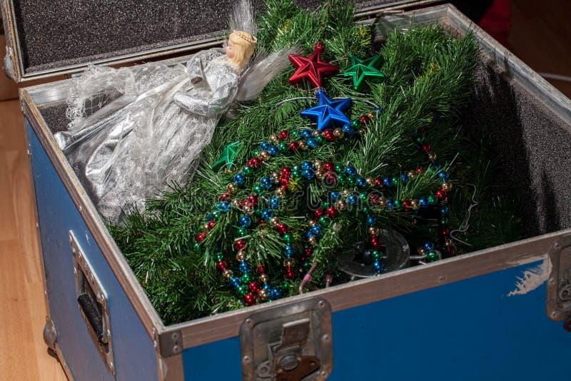Kerstboomdecoratie neer genomen die en weg in opslag worden ingepakt stock afbeeldingen