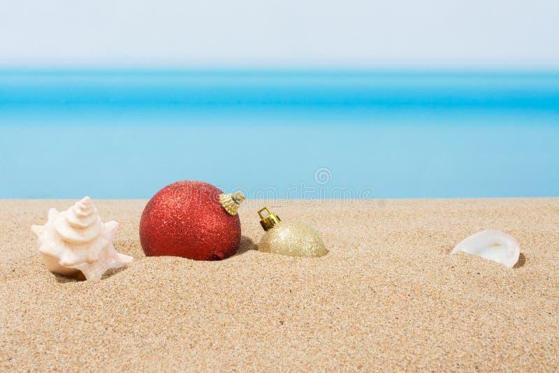 Kerstboomdecoratie op het strand in tropisch Concept nieuwe jaarvakantie in hete landen royalty-vrije stock fotografie