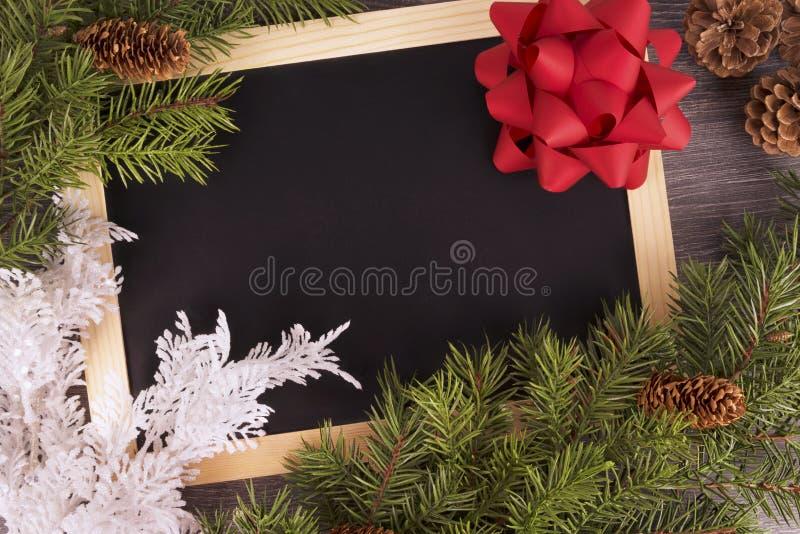 Kerstboomdecoratie op houten bord stock afbeeldingen