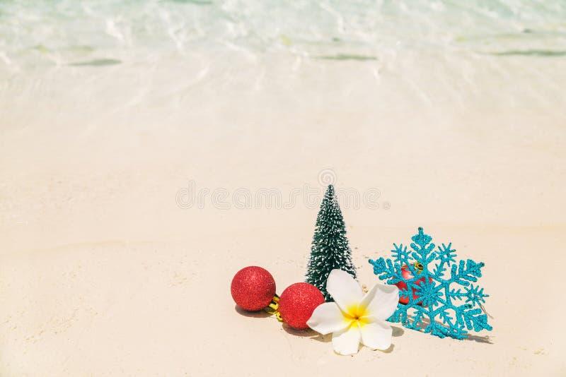 Kerstboomdecoratie op overzees strandzand - de wintervakantie i stock foto's