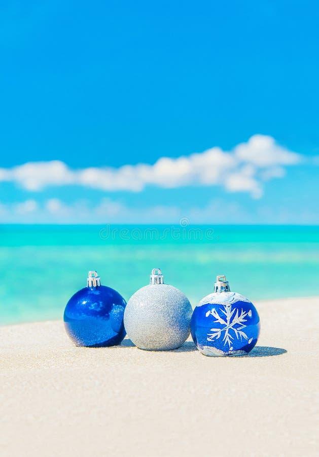 Kerstboomdecoratie op overzees zandig strand royalty-vrije stock afbeeldingen