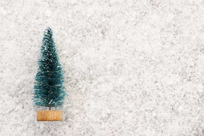 Kerstboomherinnering op vers gevallen witte sneeuw Symbool van het Nieuwjaar De ruimte van het exemplaar stock fotografie