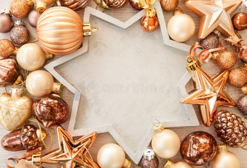 Kerstboomornamenten in bronstonen stock afbeeldingen