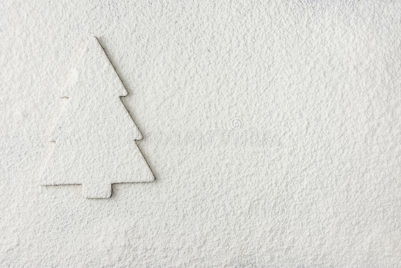 Kerstboomsilhouet op Snowy White-Achtergrond Nieuwe de groetkaart van de jaarvakantie affiche stock afbeelding