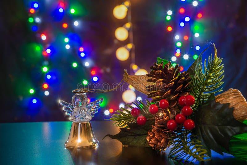 Kerstboomtak en gouden bal als engel staan op de glanzende tafel/achtergrond Vrolijk kerstfeest Gelukkig nieuwjaar 2020 stock afbeeldingen