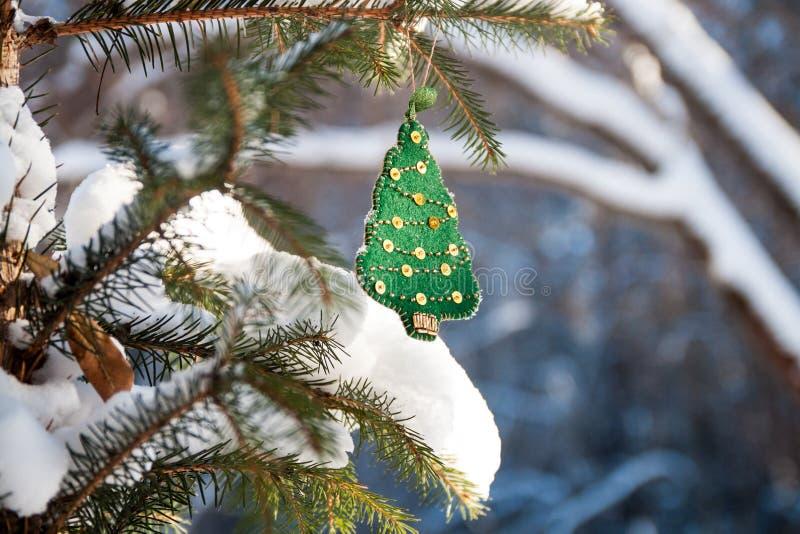 Kerstboomtak in het bos met groene met de hand gemaakte decoratie Zonnige de winterdag stock foto