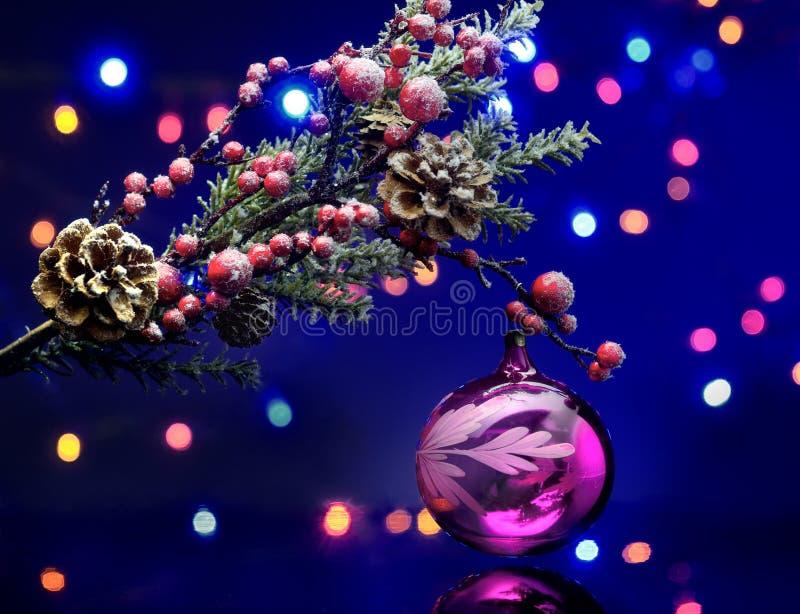 Kerstboomtak met decoratiebal Feeachtergrond Magische bezinning royalty-vrije stock foto's