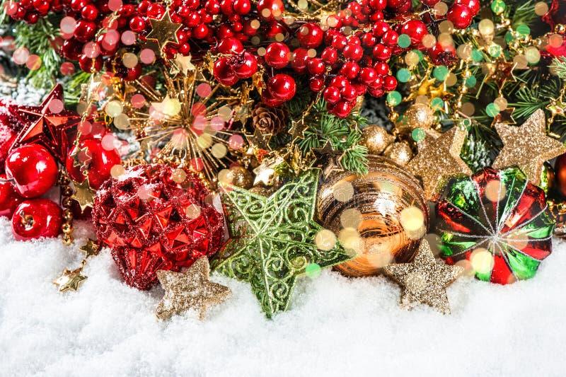 Kerstboomtakken met snuisterijen, gouden slingers, lichten stock afbeelding