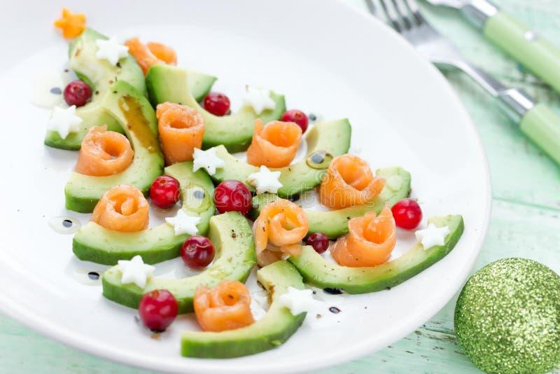 Kerstboomvoorgerecht, de feestelijke salade van de avocadozalm royalty-vrije stock afbeelding