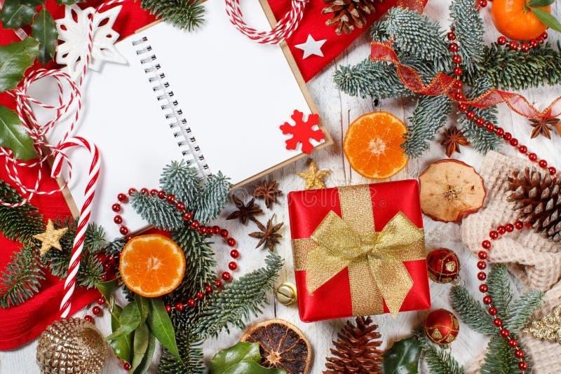 Kerstcomposiet met laptop en cadeaudoos stock afbeeldingen