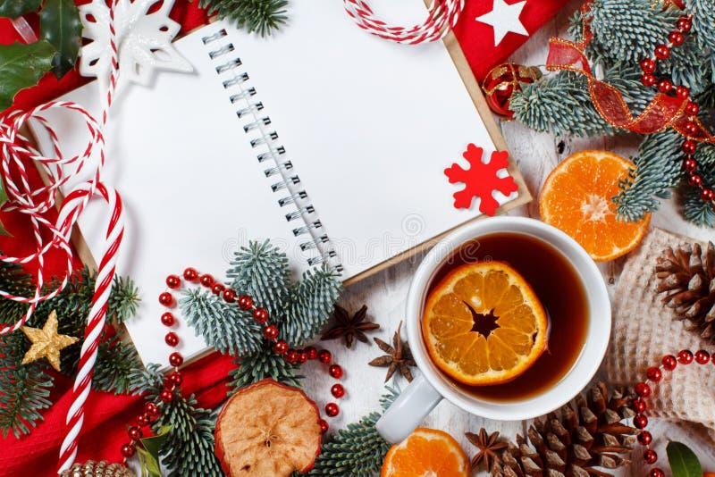 Kerstcomposiet met laptop en theepot royalty-vrije stock foto