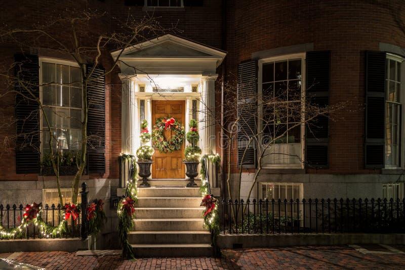 Kerstdecoratie op de deur stock afbeelding