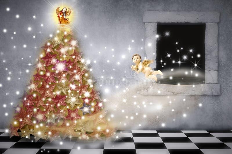 Kerstkaart, engelen die de boom verfraait stock foto's