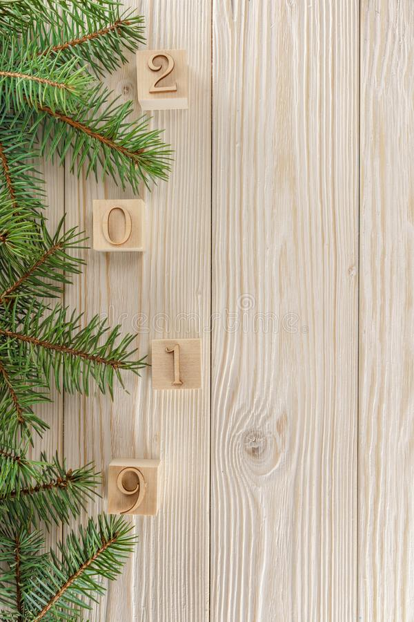 Kerstkaart, houten kubussen op een houten achtergrond Huis comfortabel ontwerp Gelukkig Nieuwjaar 2019 stock afbeelding