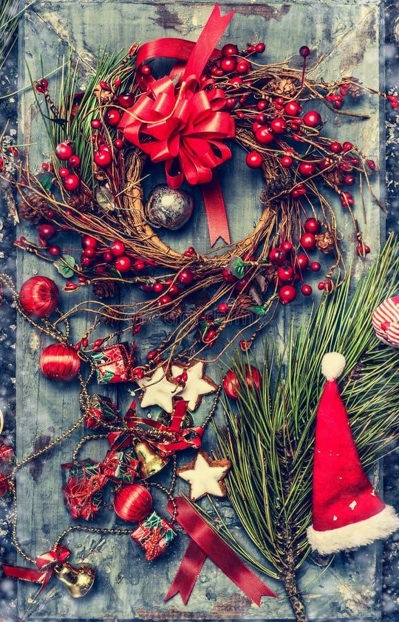 Kerstkaart met decoratie, de Kroon van de de winterbes, Kerstmanhoed en koekje op rustieke houten achtergrond royalty-vrije stock foto's