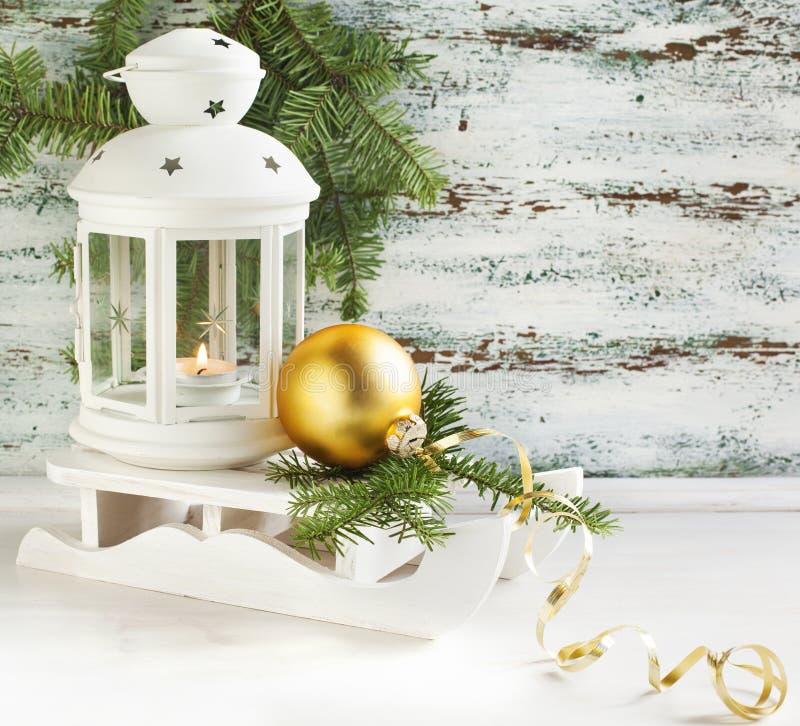 Kerstkaart met kaarslantaarn en slee stock fotografie