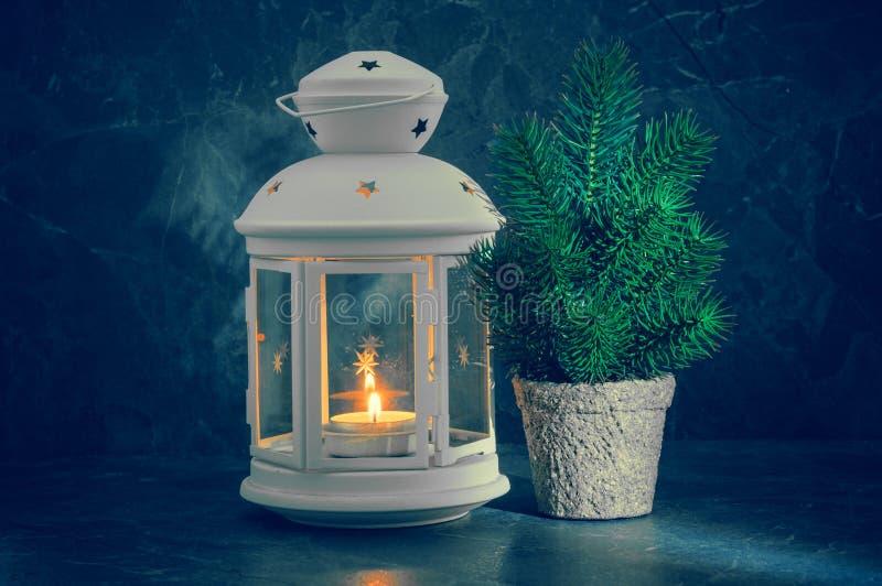Kerstkaart met kaarslicht en spar stock fotografie