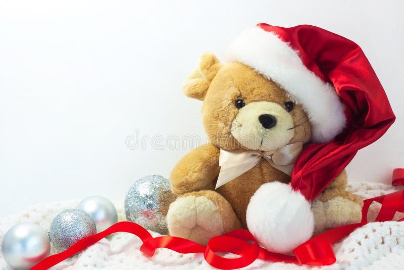 Kerstkaart met symbool van het jaar 2020 een rat in een rode Kerstmanhoed op een witte achtergrond royalty-vrije stock fotografie